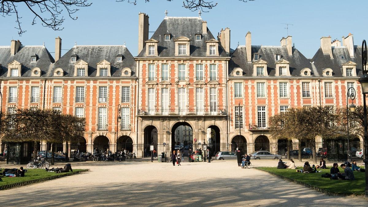 Essential Paris Le Marais place des Vosges